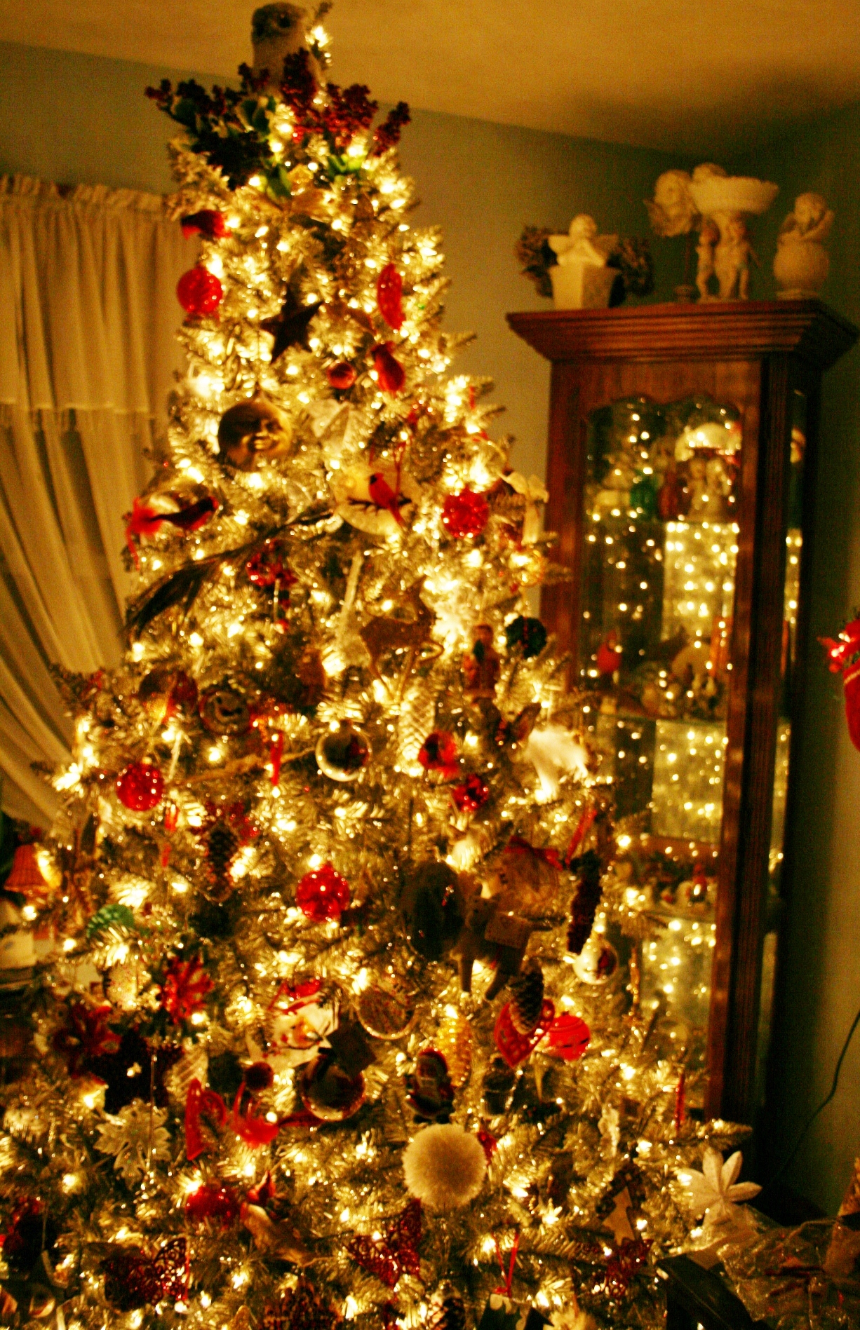 The gallery for white christmas tree with red and gold for Red green gold white christmas tree